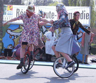 trio de mamie sur unicycle